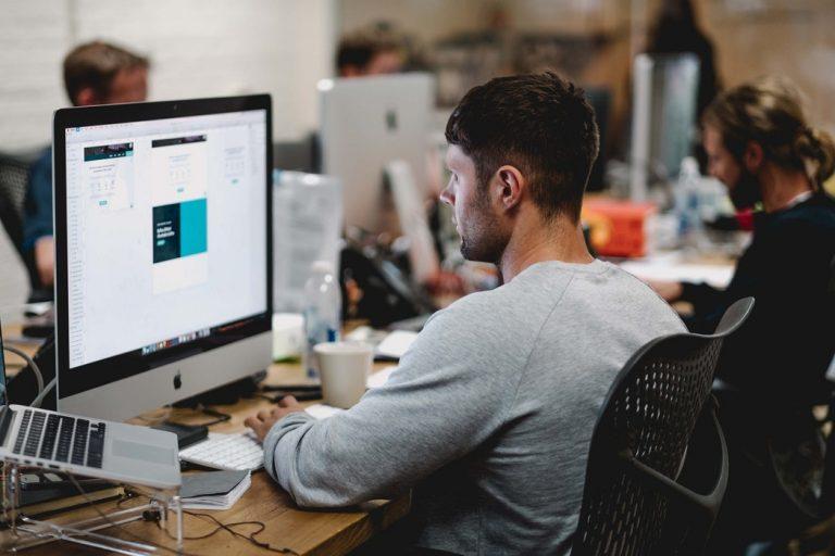 Kille jämför bästa aktiemäklaren online med dator